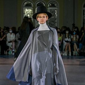 Žena v šedém outfitu s kloboukem od Jakuba Polanky