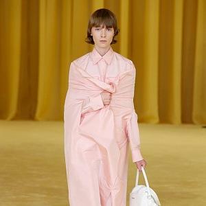 Žena v růžovém kabátě Prada SS2021