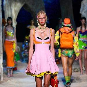 Žena v růžových mini šatech Versace SS2021