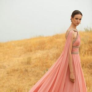 Žena v růžových šatech Elie Saab SS2021