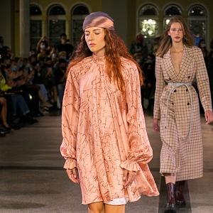 Žena v růžových šatech Pietro Filipi