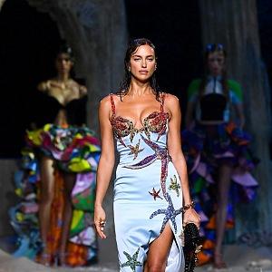 Žena v saténových šatech Versace SS2021
