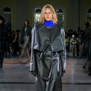 Žena v šedém outfitu s modrým rolákem od Jakuba Polanky