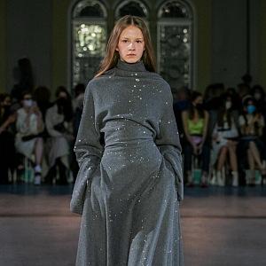 Žena v šedých dlouhých šatech od Jakuba Polanky