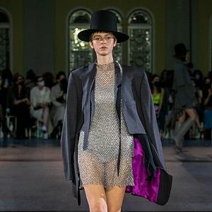 Žena v stříbrných šatech a černém klobouku od Jakuba Polanky