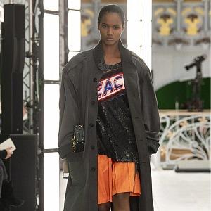 Žena v trenčkotu a barevných šatech Louis Vuitton SS2021