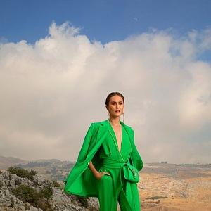 Žena v zeleném overalu Elie Saab SS2021