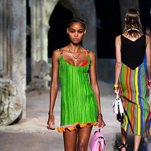 Žena v zelených mini šatech Versace SS2021