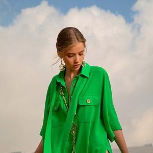 Žena v zelených šatech Elie Saab SS2021