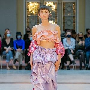 Žena ve fialové sukni a béžovém topu od Natalie Dufkové