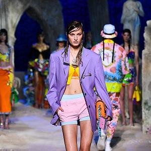 Žena ve fialovém saku Versace SS2021