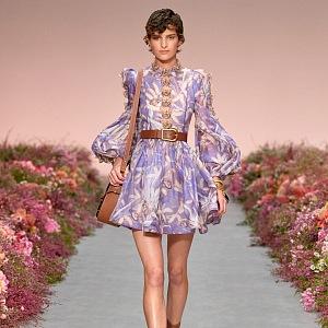 Žena ve fialových šatech Zimmermann
