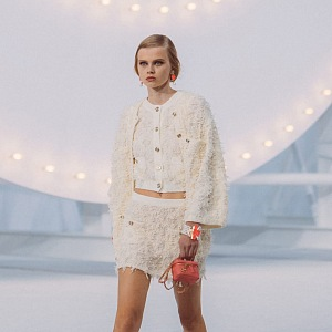 Žena ve světlém kostýmku Chanel SS2021