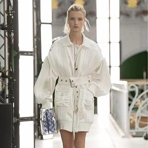 Žena ve světlém modelu Louis Vuitton SS2021