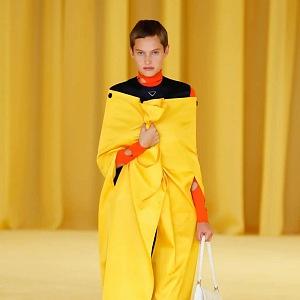 Žena ve žlutém kabátu Prada SS2021