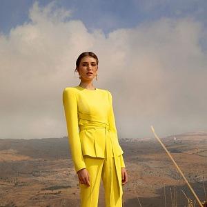 Žena ve žlutém obleku Elie Saab SS2021