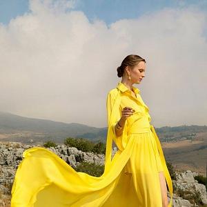 Žena ve žlutých šatech Elie Saab SS2021