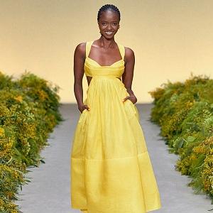 Žena ve žlutých šatech Zimmermann