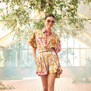 Žena v modelu Zimmermann Resort 2021