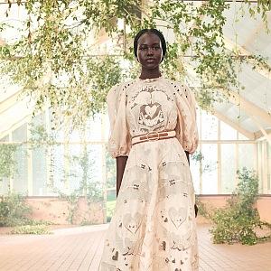 Modelka v bílých šatech Zimmermann